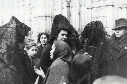mujeres-con-mantillas-y-mendiga